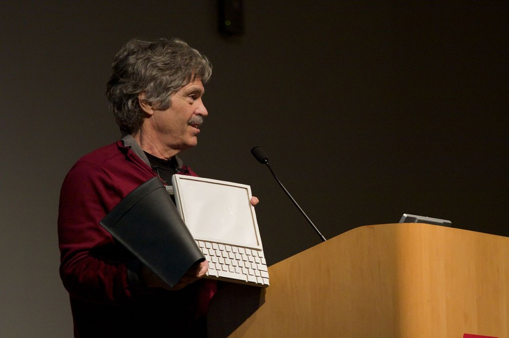 1280px-Alan_Kay_and_the_prototype_of_Dynabook,_pt._5_(3010032738)